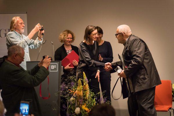 Silke Bernhardt gratuliert Antanas Sutkus zum Dr.-Erich-Salomon-Preis 2017