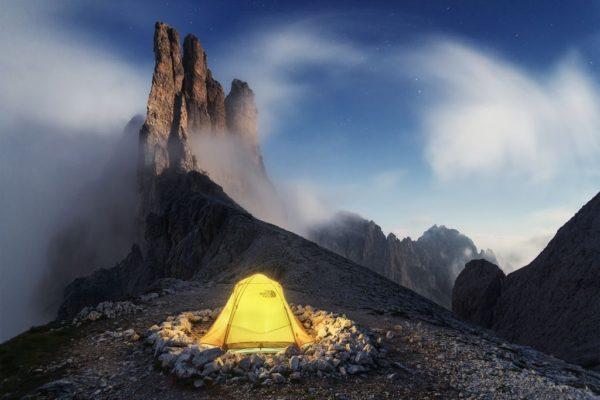 """fotoforum Award """"Landschaften"""", Sieger der Kategorie """"Welt der Berge"""". Lukas Furlan aus Wien war für zwei Tage in den Dolomiten unterwegs. Unterhalb der sogenannten Vajolet-Türme schlug er dann abends sein Zelt auf. Es zog ein leichter Nebel auf, zwischendurch blitzten die Sterne – das Wetter war perfekt zum Fotografieren. Das fand auch die Jury: Der Bildaufbau, die Dynamik im Himmel und das Zelt als Eyecatcher überzeugten sie."""